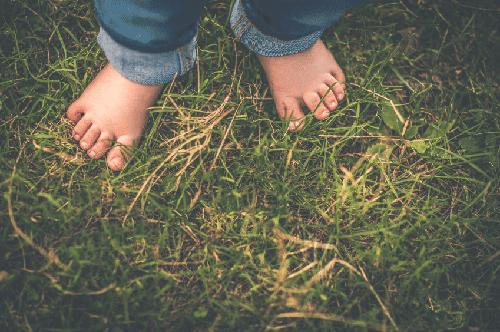 une pause nature en famille, les pieds dans l'herbe